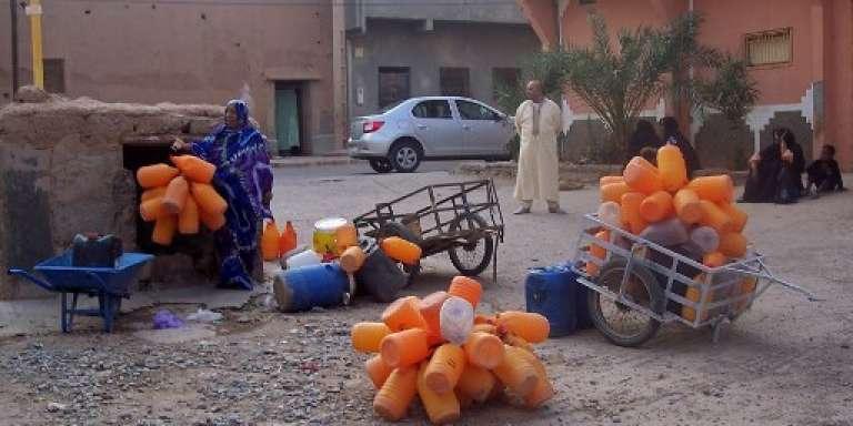 A Zagora, des habitants attendent pour remplir leurs bidons d'eau, le 22 septembre 2017.