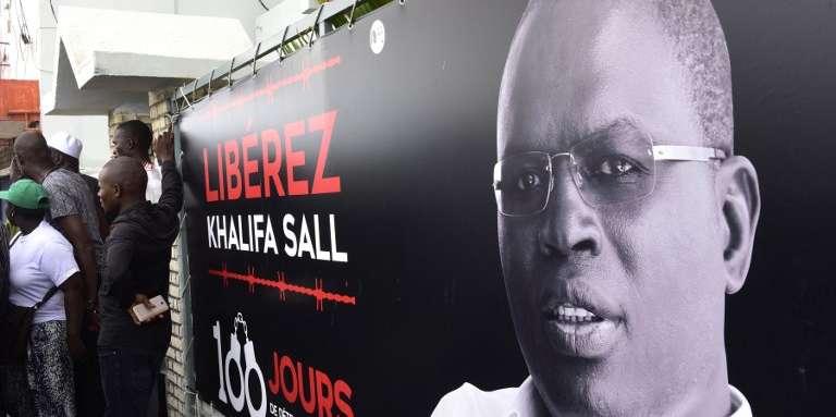 A Dakar, une bannière pour la libération de Khalifa Sall alors emprionné depuis cent jours pour « détournement de denirs publics», le 31 juillet 2017. L'édile a été arrêté le 7 mars 2017.