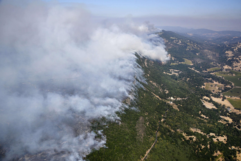 Le front de l'incendie suit la ligne de crête des collines à l'est de Napa, le 9 octobre.