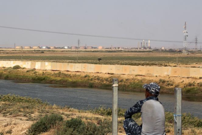 Un membre des forces irakiennes posté samedi aux abords d'une rivière bordant le sud de la ville de Kirkouk.
