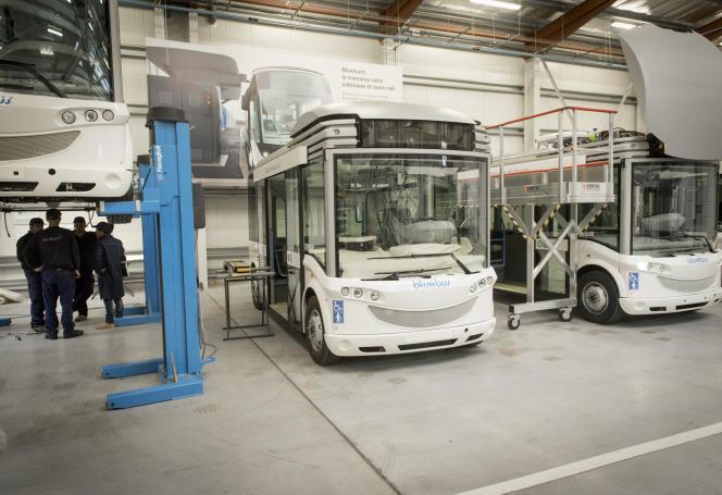 Un atelier de montage de Bluebus, autobus électrique, et de Bluetram, tramway électrique dans le Finistère.