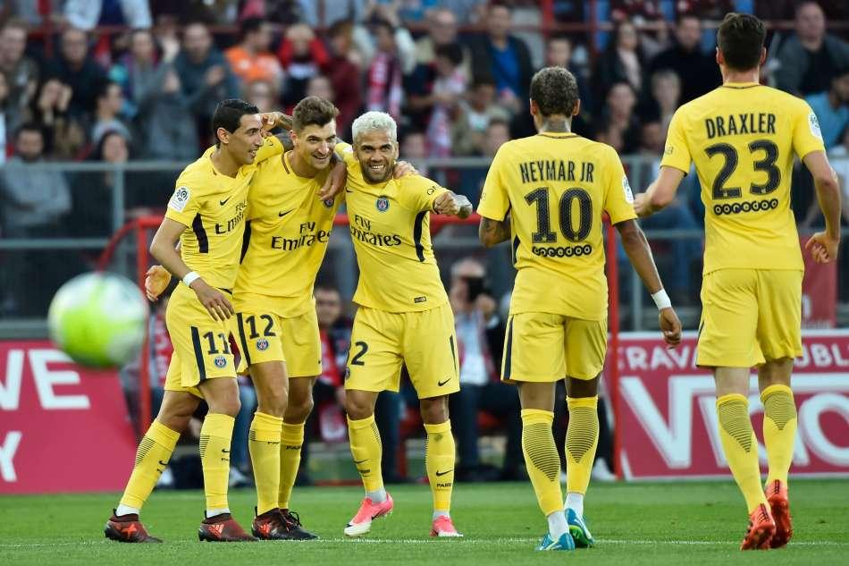 Football : le PSG s'impose dans la douleur à Dijon, Guingamp gagne son duel breton contre Rennes