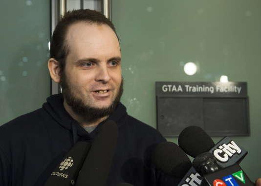 Joshua Boyle a parlé à la presse après son arrivée à l'aéroport de Toronto vendredi.