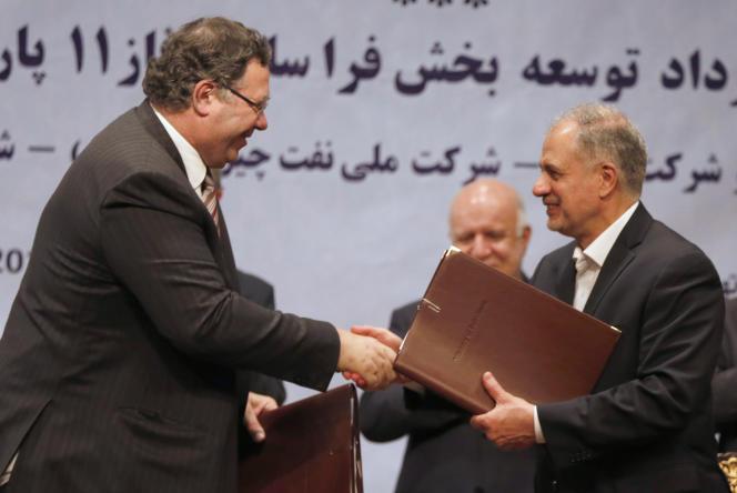 Patrick Pouyanné, le PDG de Total, et Ezzatollah Akbari, directeur général de Petropars Group, lors de la signature d'un accord, à Téhéran, le 3 juillet.
