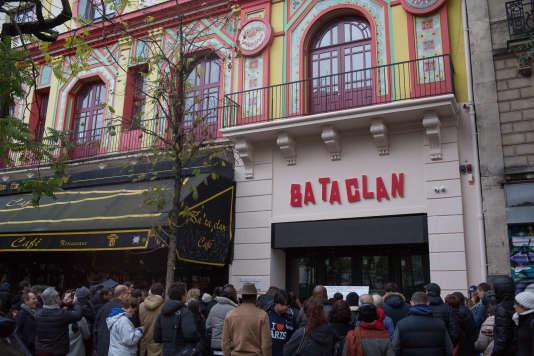 Un rassemblement le 13 novembre 2016 devant le Bataclan.