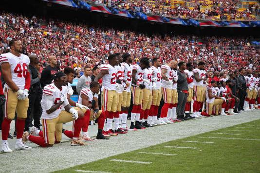 Des joueurs des San Francisco 49ers s'agenouillent lors de l'hymne précédant un match.