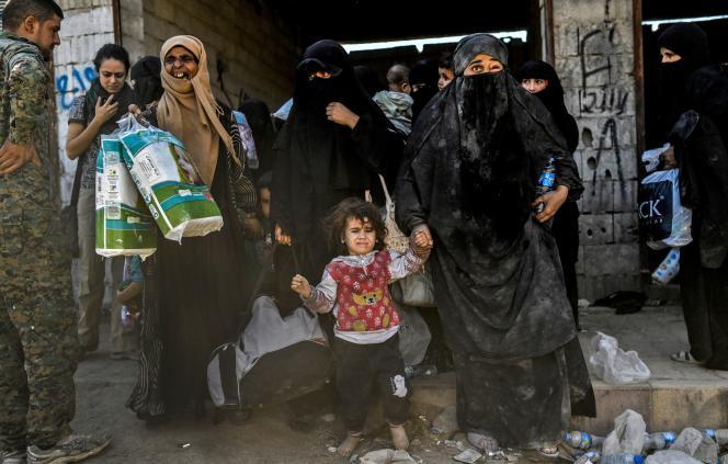 Evacuation par lesForces démocratiques syriennes (FDS), des femmes et des enfants ayant fui le centre-ville de Rakka, le 12 octobre.