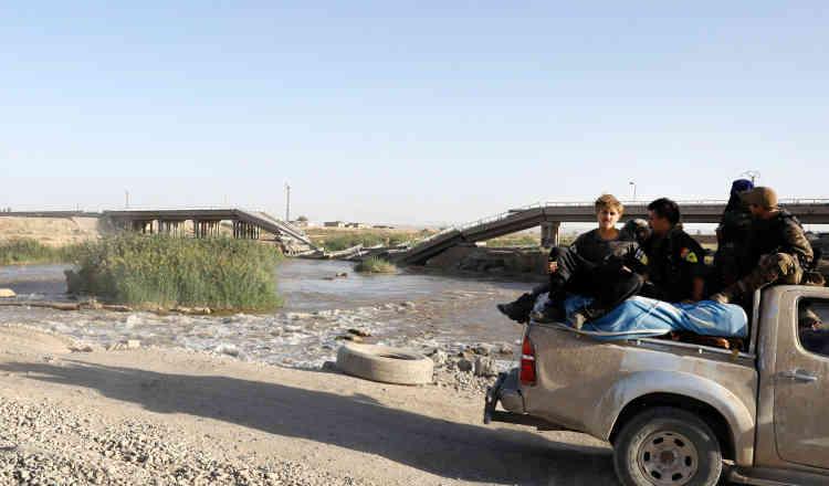 Un pont, détruit par l'aviation américaine, à l'est de la ville, le 5 octobre.