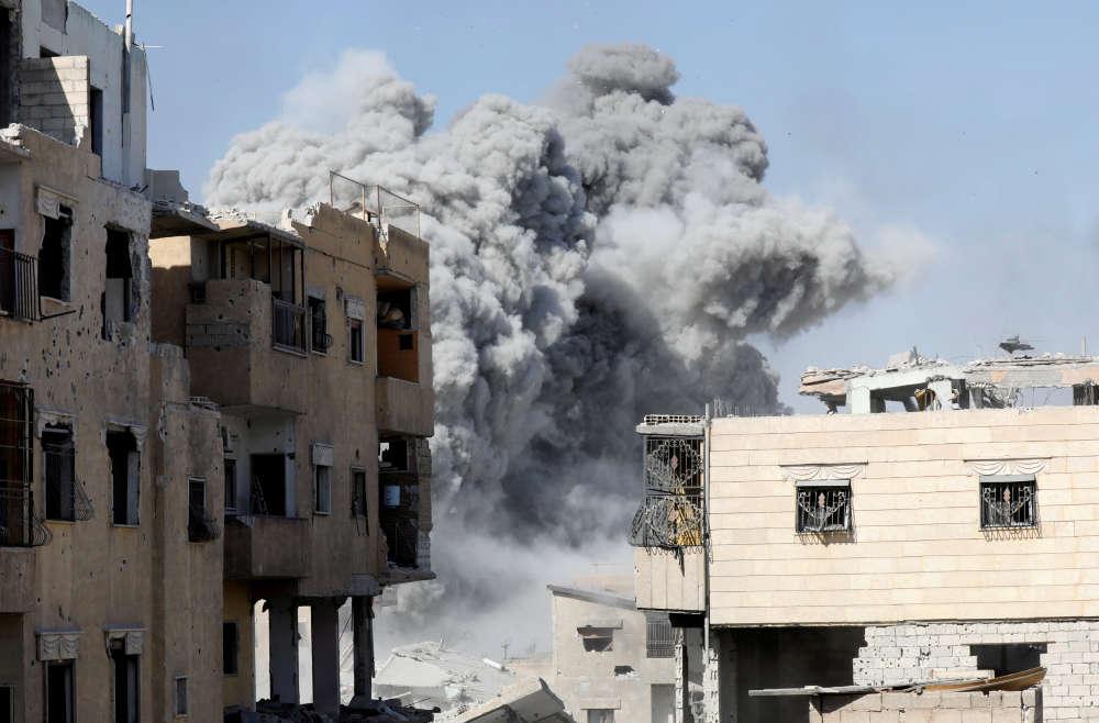 Après un bombardement des positions de l'organisation Etat islamique (EI), près du stade de Rakka, en Syrie, le 4 octobre.