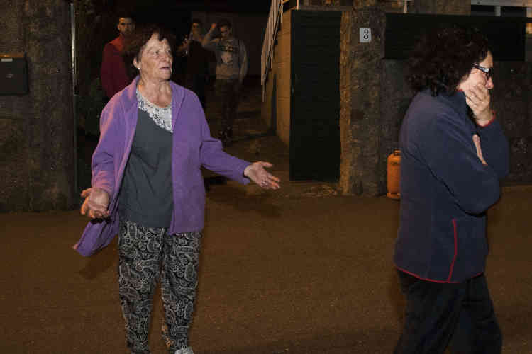Des habitants quittent leurs maisons à Chandebrito, Pontevedra, dans le nord-ouest de l'Espagne, en Galice, lundi 16 octobre.