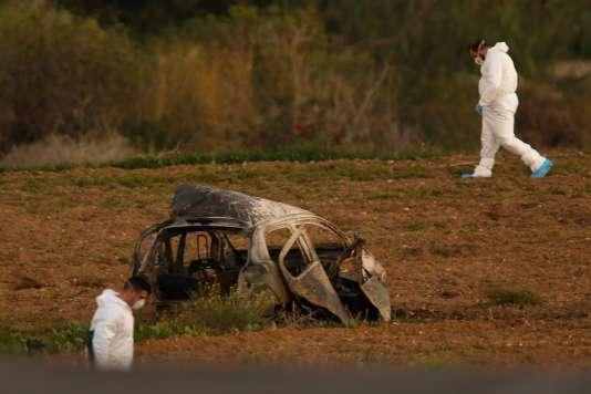 La voiture de la journalisteDaphne Caruana Galizia après l'attentat à la bombe qui l'a assassinée, à Bidnija (Malte), le 16 octobre.
