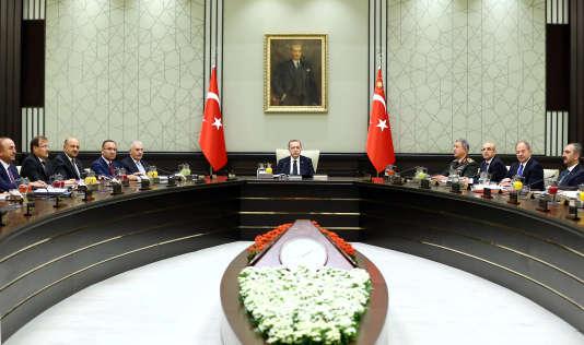 Le président turc Erdogan lors d'un Conseil national de sécurité, à Ankara, le 16 octobre 2017.