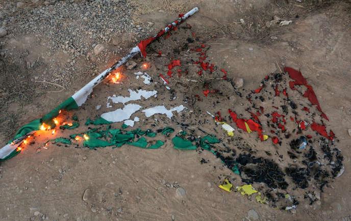 «Hier, c'était Saddam Hussein opérant par le gaz et les déportations. Aujourd'hui, ce sont eux, ses successeurs chiites à la solde de Téhéran, qui font donner les chars» (Un drapeau du Kurdistan brûlé à Kirkouk, le 16 octobre).