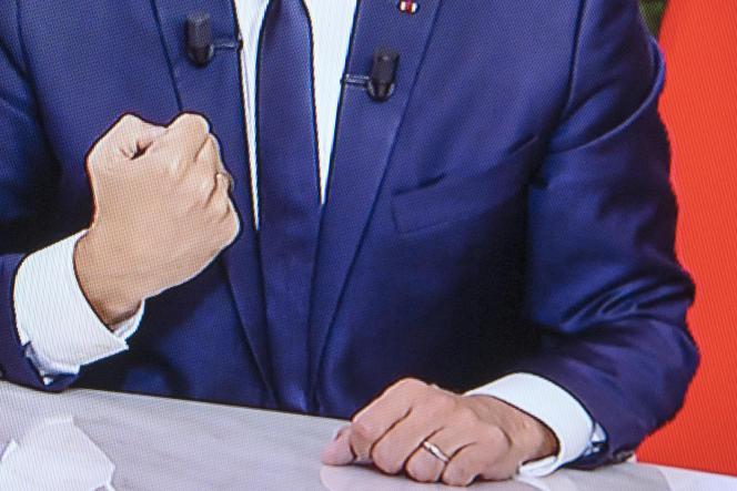 Geste d'Emmanuel Macron au cours de l'entrevue télévisée sur TF1, à l'Elysée, le 15 octobre.