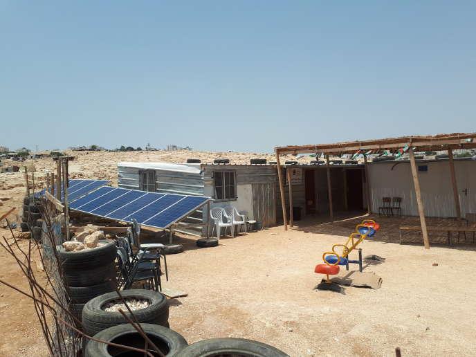 Des panneaux solaires dans le village bédouin d'Abou Nouwar, que l'administration israélienne a démantelés en août.