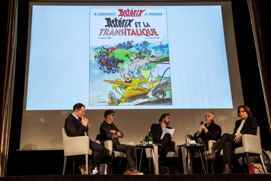 Présentation de l'album«Astérix et la Transitalique» par le dessinateur Didier Conrad (2e en partant de la gauche) et le scénariste Jean-Yves Ferri (2e en partant de la droite) lors d'une conférence de presse, le 9 octobre.