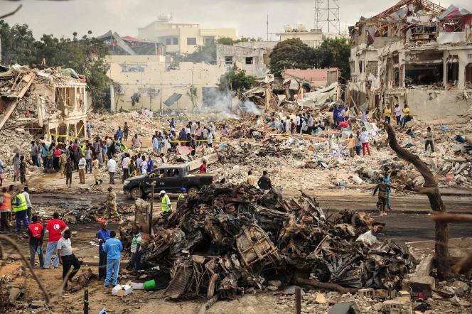 Sur le lieu de l'explosion, dans le centre de Mogadiscio, le 15 octobre.