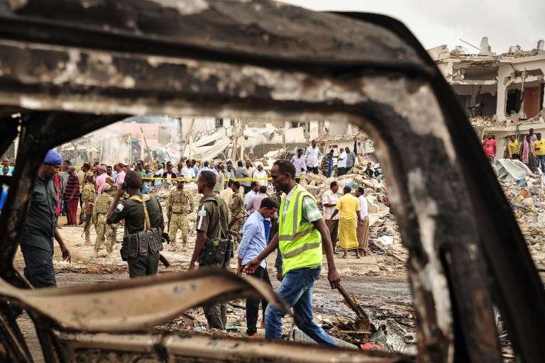 Dans le centre de Mogadiscio, au lendemain de l'explosion d'un camion piégé, dimanche 15 octobre.