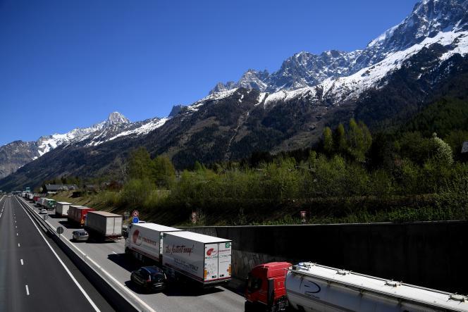 Camions en route pour l'Italie, à Chamonix, le 14 avril.