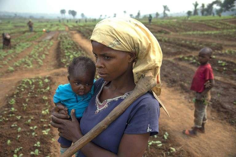 Un mère et ses enfants qui a fui les combats entre miliciens et forces gouvernementales dans la région des Kasai, dans le centre de la République démocratique du Congo (RDC), le 27 juillet 2017. Le conflit aurait déjà fait 4000 morts, selon l'Eglise catholique.