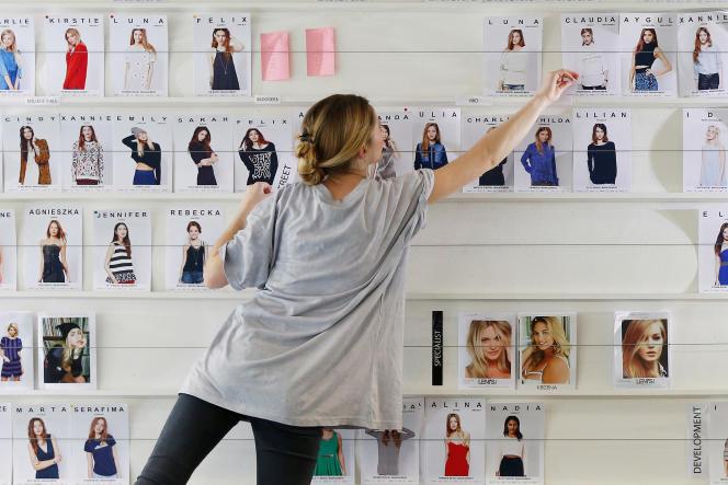 Une employée du siège d'ASOS, à Londres, sélectionne des modèles.