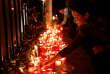 A Saint-Julian's, sur l'île de Malte lundi soir. Des bougies sont allumées en hommage à la journaliste assassinée en début d'après-midi dans l'explosion de savoiture piégée.