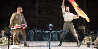 Paul Groves (à gauche) et Lauri Vasar dans« War Requiem», à l'Opéra de Paris.