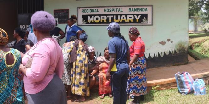 A la morgue de l'hôpital de Bamenda, après les manifestations qui ont suivi la déclaration symbolique d'indépendance le 1er octobre 2017, les familles sont à la recherche de leurs proches.