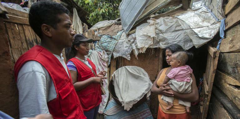 Des volontaires de la Croix-Rouge informent des villageois sur l'épidémie de peste dans les environs d'Antananarivo, le 16 octobre 2017.