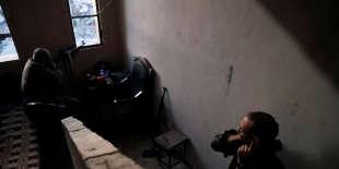 Des combattants volontaires américain (à l'arrière-plan)et britanniquedes Forces démocratiques syriennes, surle front de Rakka,le 7octobre.
