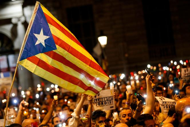 Manifestation à Barcelone de milliers de catalans venus protester, une bougie a la main contre la detention pour sedition des «Deux Jordis» (CUIXART et SANCHEZ) par la justice espagnole, le mardi 17 octobre.