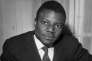 Yambo Ouologuem dedicace son livre «Le Devoir de violence», pour lequel il a recu le prix Renaudot, en 1968.
