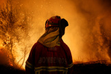 Un pompier en action, le 16 octobre 2017, près du village de Lousa, dans la région centre au Portugal.