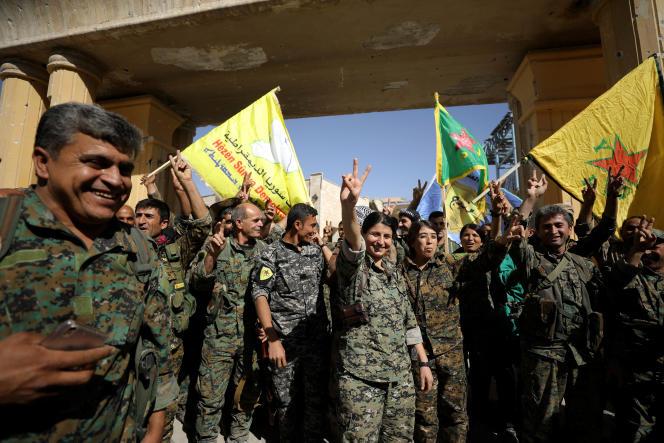 Les combattants des Forces démocratiques syriennes brandissent leur drapeau et forment le « V» de la victoire après avoir repris la ville de Rakka, devenue le symbole des pires atrocités commises par l'Etat islamique qui y a planifié, entre autres, les attentats du 13 novembre à Paris et Saint-Denis.