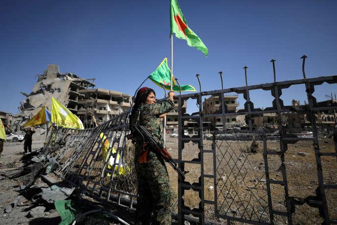 Une combattante des Forces démocratiques syriennes à Rakka, le 17 octobre.