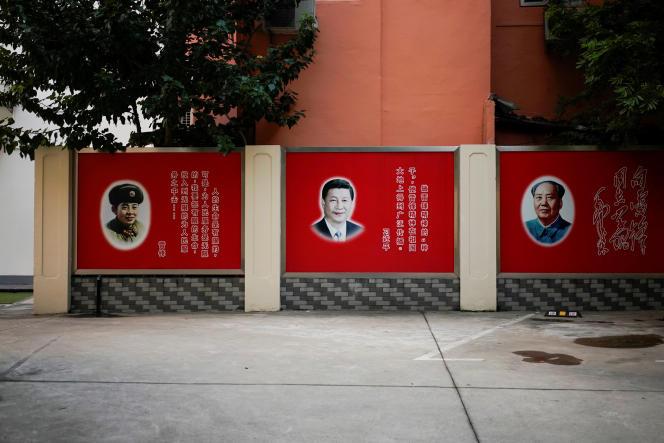 A Shanghaï, le 26septembre, un portrait du secrétaire général du Parti communiste chinois XiJinping, entouré de ceux de Mao et de LeiFeng, soldat modèle mis en avant par la propagande du régime.