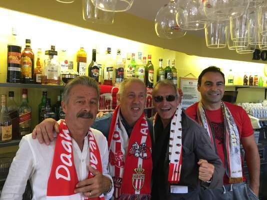 Marcel Viano (deuxième à gauche) est le responsable de la section du club de supporteurs de Monaco de Roquebrune-Cap-Martin.