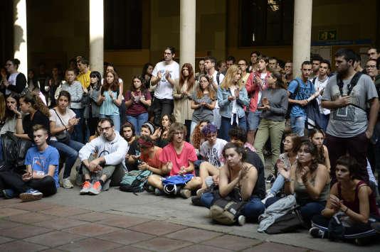 Dans l'université de Barcelone, en plein centre-ville. Tous ont fait silence pour écouter le discours d'une association étudiante indépendantiste, Universitats per la Republica.