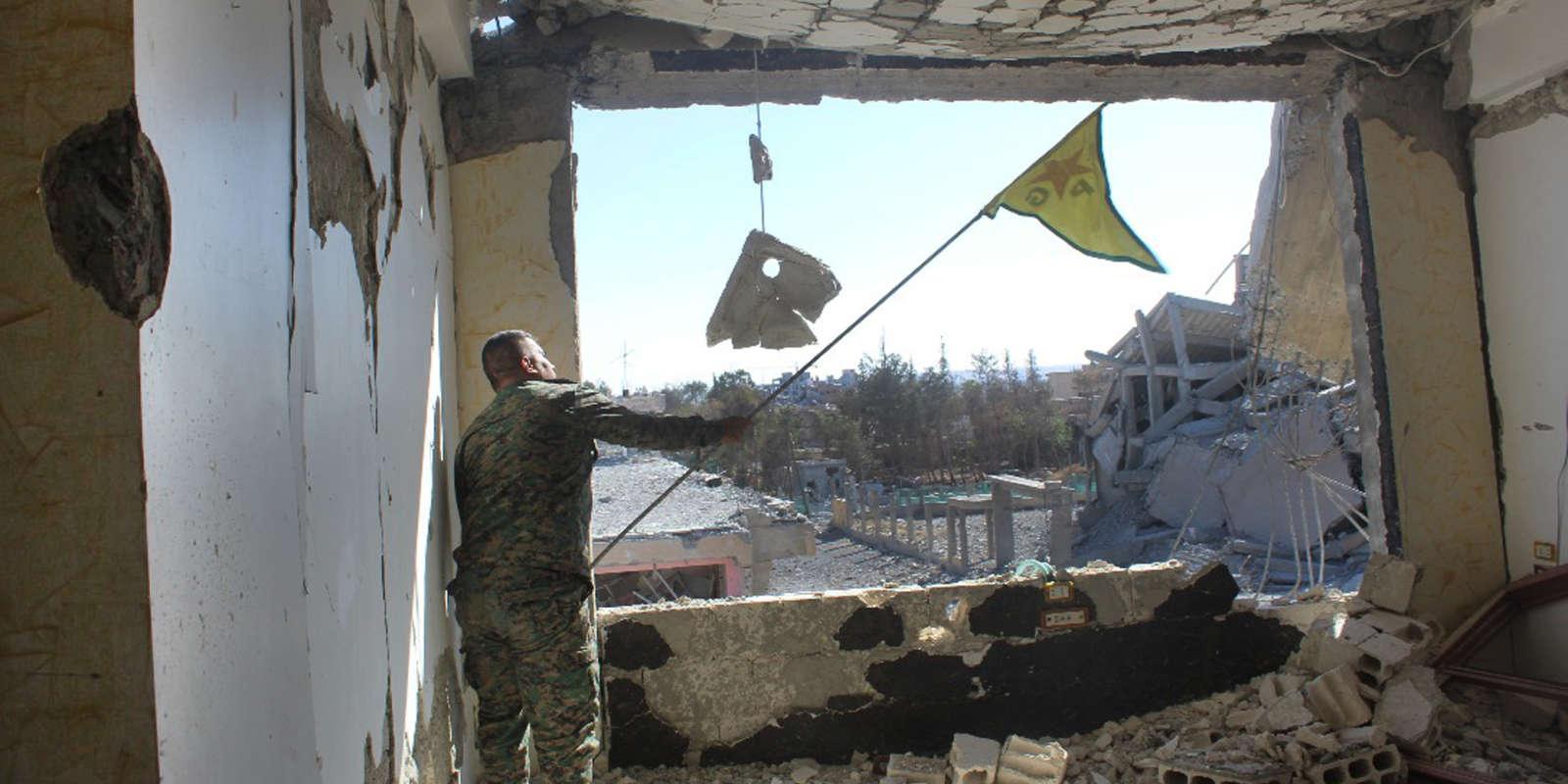 Un soldat des Forces démocratiques syriennes à Rakka, le 16 octobre.