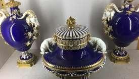 Le célèbre bleu profond dit de Sèvres a été inventé au XVIIIe siècle est à base d'oxyde de cobalt cuit à grand-feu.