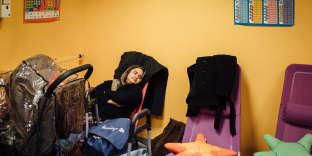 Paris 15, le 16 Octobre 2017. Emmaüs, espace soldarités. Miah K, son mari qui viennent du Bangladesh ont été débouté de leur demande d'asile il y a plusieurs semaines. Le couple et leurs trois enfants (5 ans, 3 ans, et 1,5 an) ne trouvent que très rarement des endroits où dormir via le 115. Ils dorment la plupart du temps dans la rue. Miah se repose dans la salle informatique.