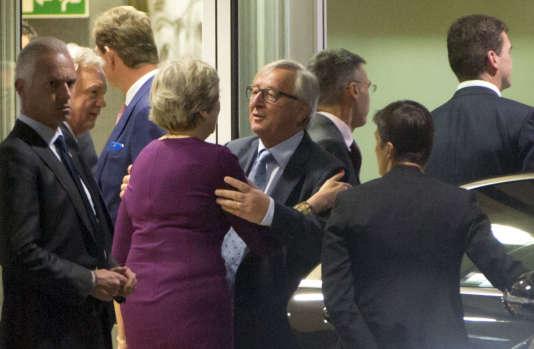 Le président de la Commission européenne Jean-Claude Juncker salue la première ministre britannique Theresa May lors de son départ de Bruxelles le 16 octobre.