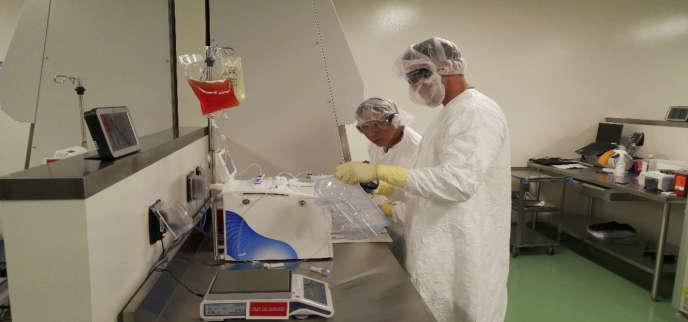 Un spécialiste de la thérapie génique dans un laboratoire d'El Secondo, près de Los Angeles, en Californie.