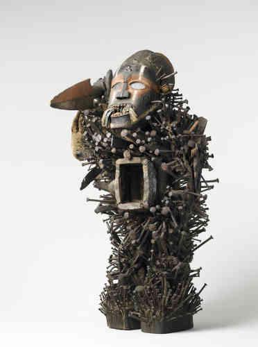 Cette sculpture - fétiche à clous - est un objet rituel qui a inspiré de nombreux artistes dada, privillégiant les expressions des peuples africains et océaniens.