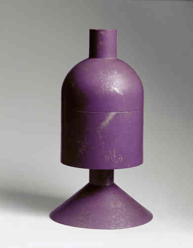 Ce poudrier en bois s'inspire des récipients provenant d'Afrique, telles ces boîtes reliquaires fabriquées par le peuple Azandé (ou Zandé).