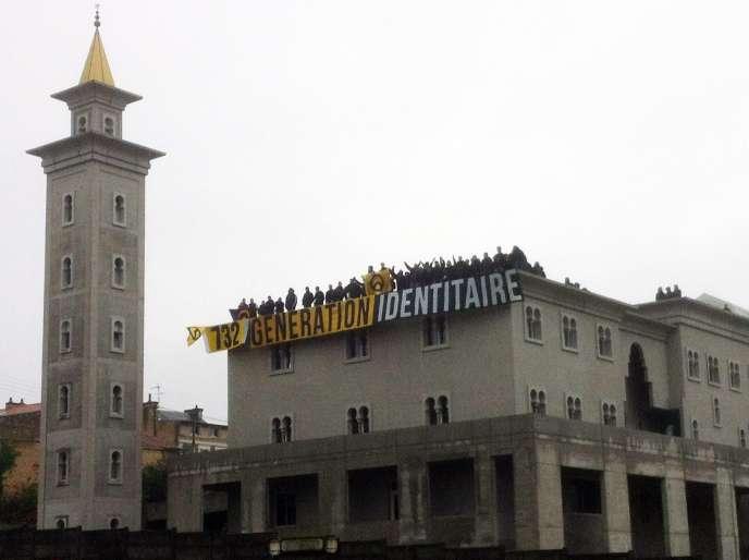 Occupation de la mosquée de Poitiers par l'organisation d'extrême droite Génération identitaire, le 20 cotobre 2012.