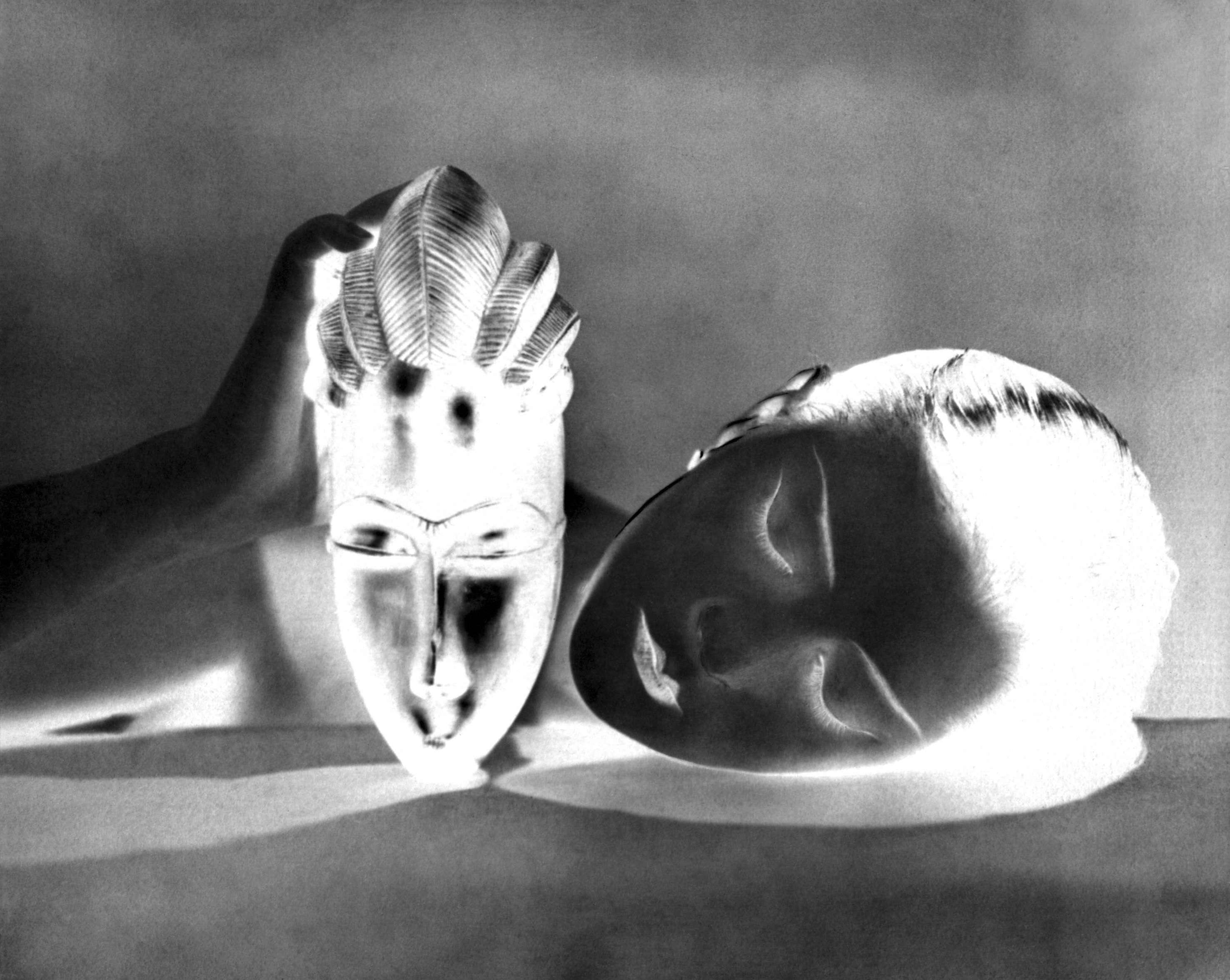 Très tôt séduit par les objets extra-occidentaux, Man Ray fait ici poser Simone Kahn, femme d'André Breton, avec une sculpture océanienne.