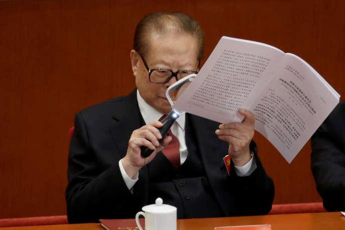 L'ex-chef de l'Etat chinois Jiang Zemin consulte la transcription du discours de Xi Jinping au 19e congrès du PCC, à Pékin, le 18 octobre.