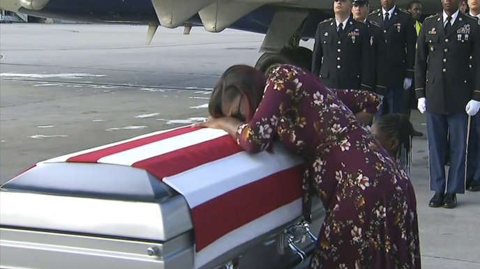 Myeshia Johnson, la femme du sergent La David Johnson, tué au Niger, pleure sur le cercueil de son mari, mardi 17 octobre, à l'aéroport de Miami, en Floride.