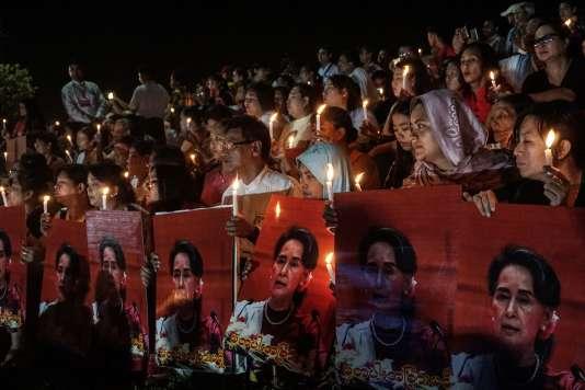 Rassemblement pour la paix, à Rangoun, le 17 octobre. Des représentants des communautés bouddhistes, chrétiennes, hindoues et musulmanes demandent àAung San Suu Kyi la réunification dupays.